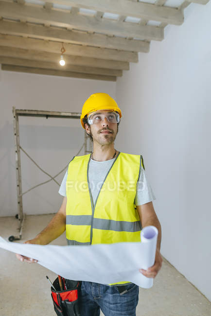 Worker with plan, looking up — Stock Photo