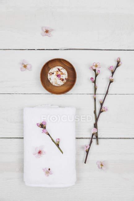 Мыльный шар с сакурой и полотенцем — стоковое фото