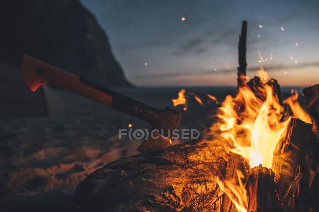 Norway, Lofoten, Moskenesoy, Camp fire at Kvalvika Beach — Stock Photo