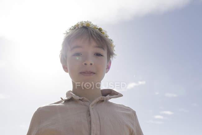 Портрет хлопчика з квітами на задньому плані. — стокове фото