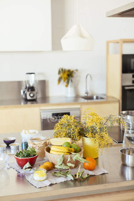 Empty kitchen with fresh fruits on kitchen counter — Stock Photo