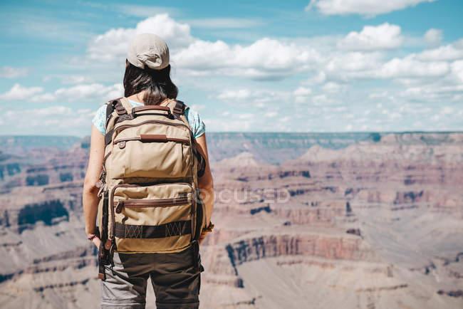 Estados Unidos, Arizona, Parque Nacional del Gran Cañón, Mujer joven con mochila explorando y disfrutando del paisaje - foto de stock