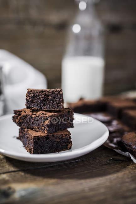 Стек из трех домашних пирожных на тарелке — стоковое фото