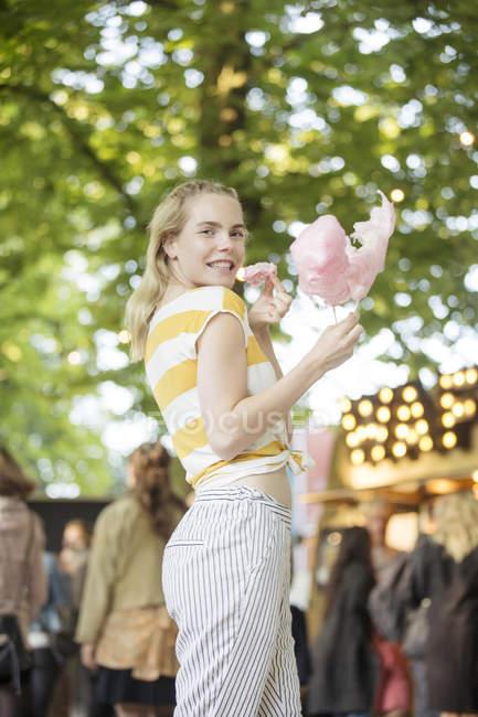 Ritratto di giovane donna con filo interdentale rosa su festival streetfood — Foto stock