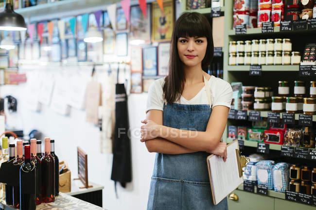 Портрет улыбающейся женщины, стоящей в магазине — стоковое фото