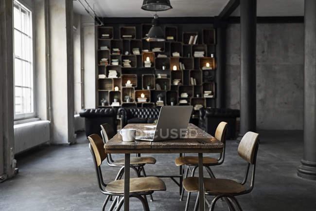 Laptop na mesa em loft — Fotografia de Stock