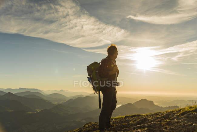 Austria, Salzkammergut, Escursionista in piedi in cima, guardando la vista — Foto stock
