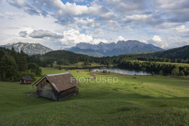 Germany, Bavaria, Werdenfelser Land, lake Geroldsee with hay barn, in background the Karwendel mountains — Stock Photo