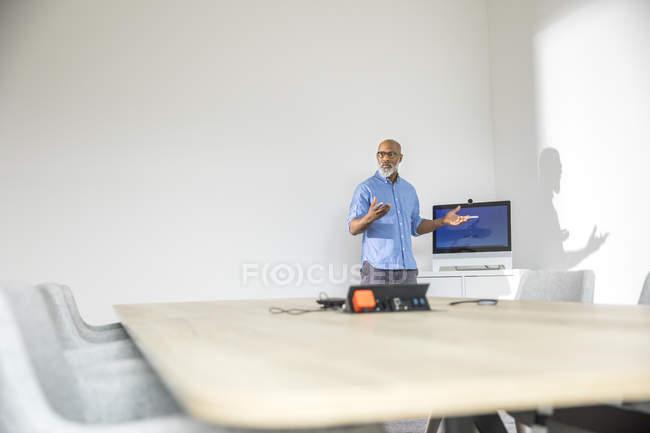 Afrikanisch-amerikanischer Geschäftsmann bei einer Präsentation im Konferenzraum — Stockfoto