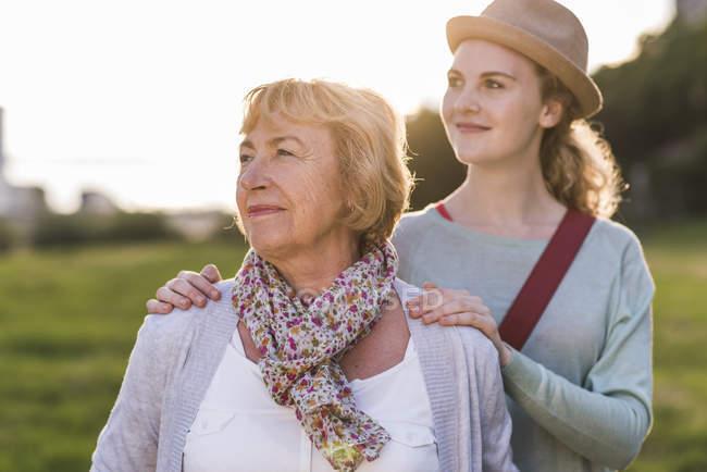 Ritratto di donna anziana con la nipote sullo sfondo — Foto stock