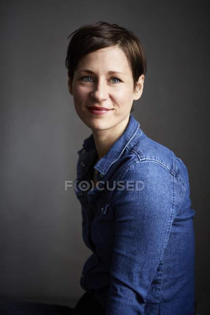 Портрет Ана ттяна жінка, носіння джинсової сорочки — стокове фото
