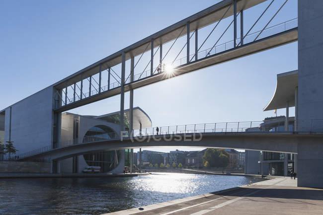 Alemania, Berlín, Regierungsviertel, puente de conexión de Paul-Loebe-Building y Marie-Elisabeth-Lueders-Building sobre el río Spree - foto de stock