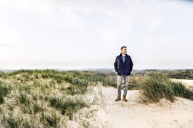 Чоловік, що стоїть на дюни — стокове фото
