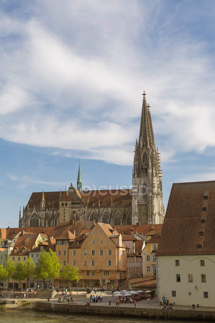 Germany, Bavaria, Regenbsurg, Regensburg Cathedral and Danube river - foto de stock