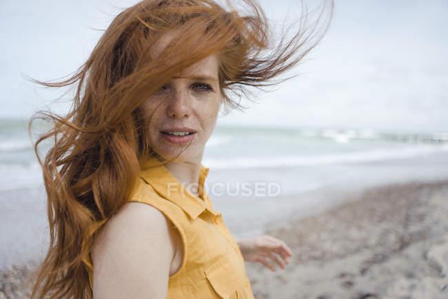 Портрет редочолюваної жінки на пляжі — стокове фото