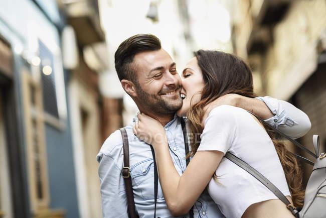 Affettuosa coppia turistica felice esplorare la città — Foto stock