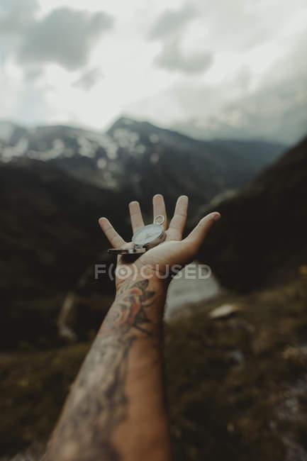 Андорра, человек с татуировкой, компас, частичный обзор — стоковое фото