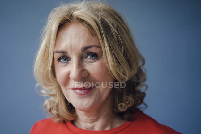 Портрет улыбающейся пожилой женщины — стоковое фото