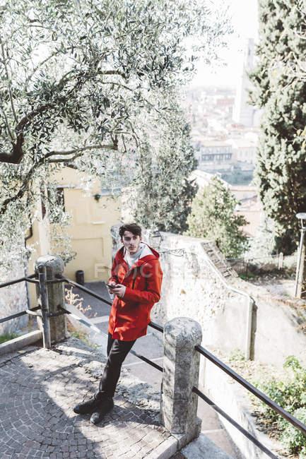 Італія, Верона, турист за допомогою смартфона на сходах — стокове фото
