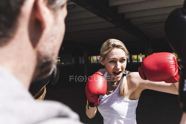 Homem e mulher em treinamento de boxe — Fotografia de Stock