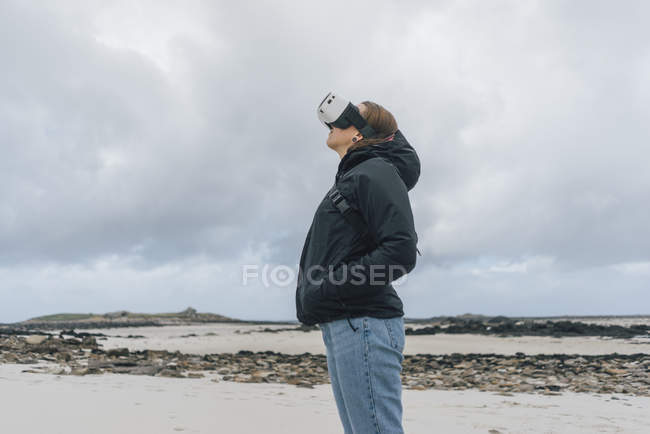 Франция, Британия, Ода, молодая женщина, стоящая на берегу в очках — стоковое фото