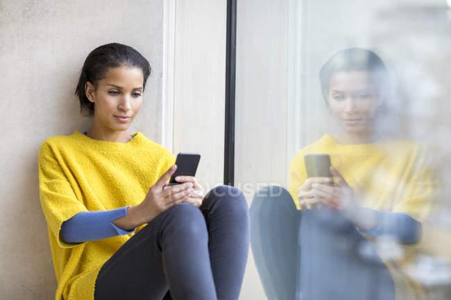 Ritratto di giovane donna con il cellulare — Foto stock