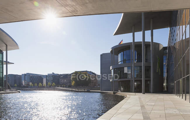 Germany, Berlin, Regierungsviertel, Paul-Loebe-Building and Marie-Elisabeth-Lueders-Building at Spree river - foto de stock