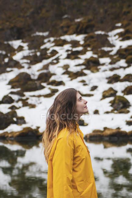 Ісландія, усміхнена жінка в ісландському ландшафті — стокове фото