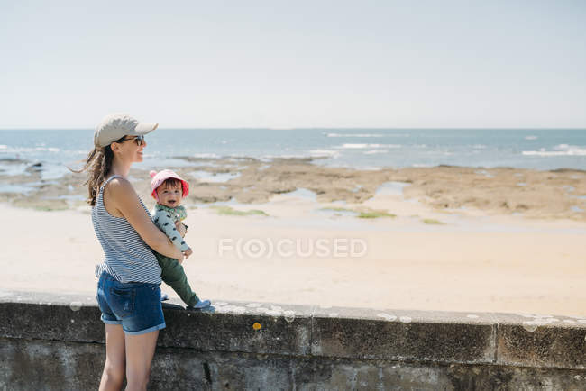 France, mother and baby at beach promenade — Stock Photo