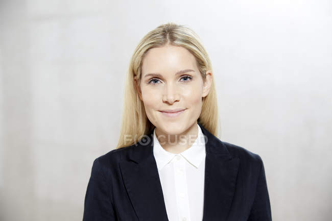 Femme d'affaires de portrait de souriant blond — Photo de stock