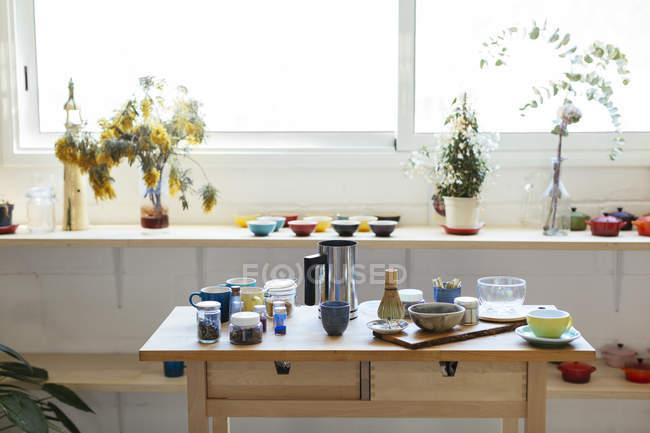 Cocina vacía con platos sobre mesa de madera - foto de stock