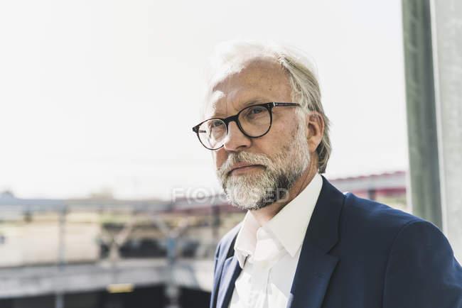 Портрет серьезного взрослого бизнесмена, смотрящего вокруг — стоковое фото