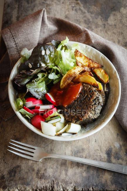 Vegetarische Schüssel mit Salat, Pilzlinsenfressern, Landkartoffeln und Salsa — Stockfoto