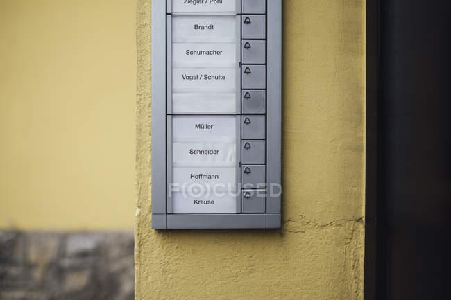 Deutschland, klingelknopfleiste mit leerem namensschild des verstorbenen nachbarn — Stockfoto