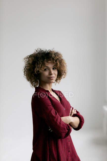 Ritratto di donna che indossa camicia rossa e guarda la macchina fotografica — Foto stock