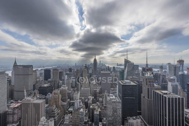 États-Unis, New York, Manhattan, paysage urbain vu depuis la plateforme d'observation Top of the Rock — Photo de stock