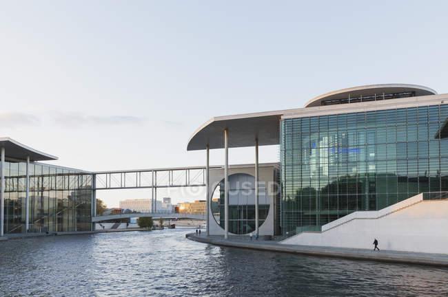 Germany, Berlin, Regierungsviertel, Paul-Loebe-Building and Marie-Elisabeth-Lueders-Building at Spree river in the evening — Stock Photo