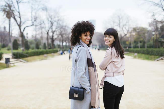Іспанія, Барселона, портрет двох усміхнених жінок у міському парку повороту раунду — стокове фото
