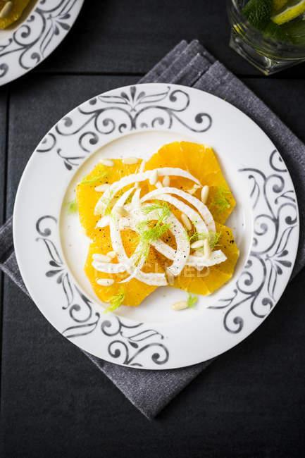 Салат з апельсинами, кедровими горіхами, Фенхель — стокове фото