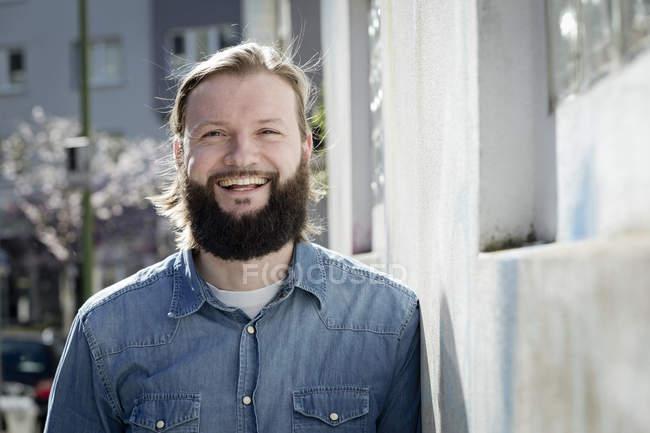 Портрет бородатого мужчины, смеющегося — стоковое фото