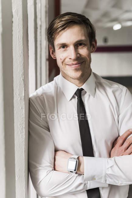 Портрет усміхнений бізнесмен носіння смарт-годинник — стокове фото