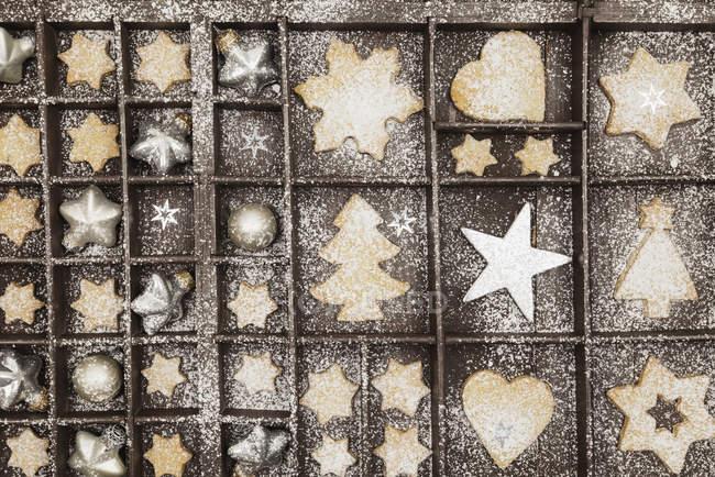 Galletas de Navidad caseras, estrellas y adornos de Navidad en madera vieja typecase - foto de stock