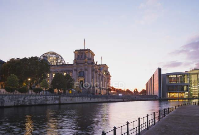 Deutschland, Berlin, Regierungsviertel, Reichstagsgebäude und Paul-Loebe-Gebäude an der Spree — Stockfoto