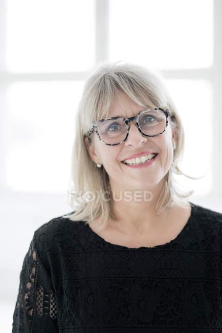 Porträt einer lächelnden reifen Frau mit Brille — Stockfoto