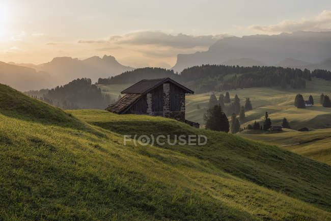 Italie, Tyrol du Sud, Seiser Alm, granges le matin — Photo de stock