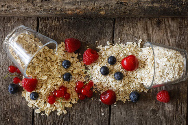 Various oat flakes and berries — Stock Photo