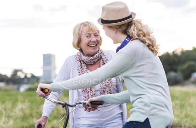 Abuela y nieta divirtiéndose juntas - foto de stock