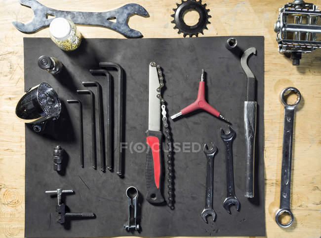 Overhead view of bicycle tool set — Photo de stock