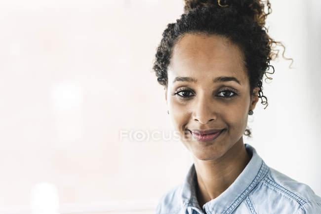 Портрет симпатичною жінкою, Усміхаючись — стокове фото