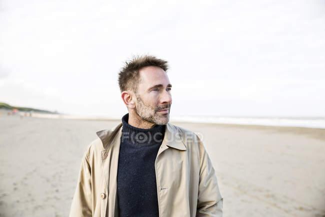 Ritratto di uomo sorridente sulla spiaggia — Foto stock